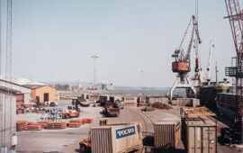 M/s Georg Lührs lastar 20ft containers för Volvo PV:s räkning till Ghent. 1987